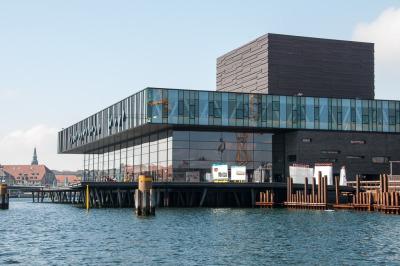 Kurzurlaub Kopenhagen, Dänemark, Das neue Schauspielhaus befindet sich ebenfalls direkt am Wasser.