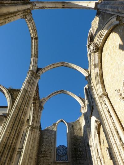 Kurztrip Region Lissabon und Setúbal, Portugal, Unter dem dachlosen Kirchenschiff herrscht immer noch eine hervorragen