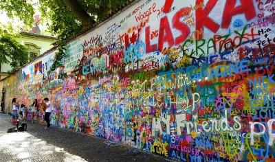 Kurzurlaub Prag und Umgebung, Tschechische Republik, Die John-Lennon-Mauer liegt nahe der Karlsbrücke und ist voller Stree