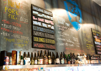 Kurztrip Mittel & Nord-England, Großbritannien, Das Brew Dog bietet eine ziemlich crazy Auswahl an Biersorten. Rechtze