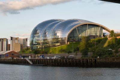 Kurztrip Mittel & Nord-England, Großbritannien, Direkt an der Tyne beeindruckt ein neues Bauwerk: The Sage Gateshead.