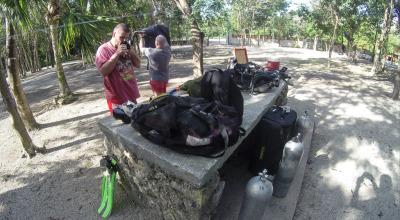 Zwei Wochen Riviera Maya & Insel Cozumel, Mexiko, Noch schnell das Tauchequipment zusammengebaut, dann geht's mitten im