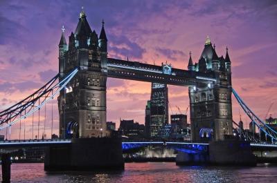 Kurztrip London & Umgebung, Großbritannien, Die Tower Bridge ist 244 Meter lang und kann von Autos sowie Fußgäng