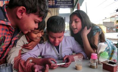 Kurzurlaub Agra (Stadt), Uttar Pradesh, Indien, Die Kinder interessieren sich für meine Bilder aus anderen Teilen Ind