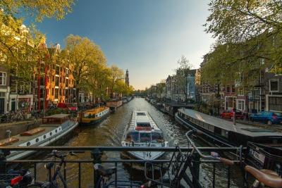 Kurztrip Amsterdam & Umgebung, Niederlande, Eine Bootstour auf einer der Grachten ist ein anderer Weg Amsterdam ke