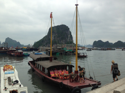2 Wochen Vietnam, Vietnam, Die Bai Tu Long Bay ähnelt landschaftlich stark der Ha Long Bay, ist