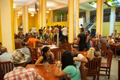 Kurztrip Karibische Küste / Süden, Kuba, In der Hafengegend gibt es interessante und authentische Kneipen, wo g