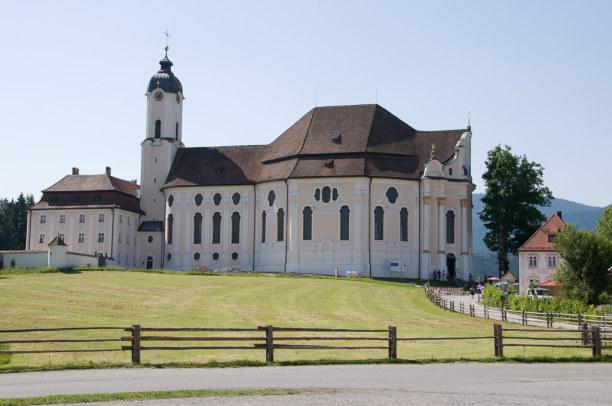 Kurztrip Oberammergau (Stadt), Bayern, Deutschland, Die Wieskirche ist schon von weitem zu sehen.