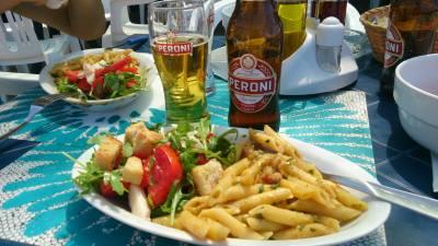 Drei Wochen Tyrrhenische Küste, Italien, Mittagessen ist am Strand von Tropea mit 9 Euro pro Person inkl. Getr