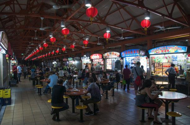 """Kurzurlaub Singapur (Stadt), Singapur, Singapur, In """"Food Courts"""" kann man an den verschiedenen Ständen nach Herzenslu"""