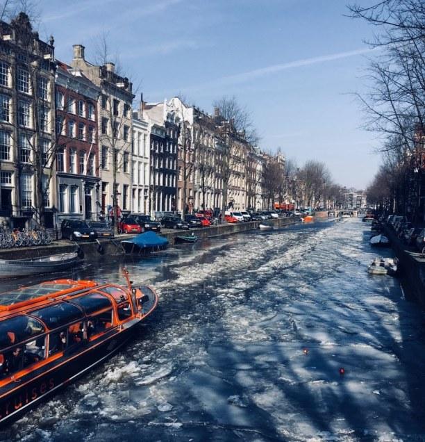 Kurzurlaub Amsterdam (Stadt), Amsterdam & Umgebung, Niederlande, Die Ausflugsboote bahnen sich nur mühsam ihren Weg durch die zugefror