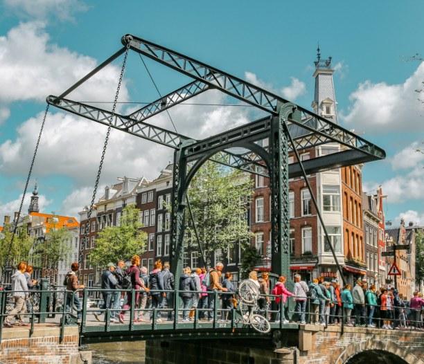 """Kurzurlaub Amsterdam (Stadt), Amsterdam & Umgebung, Niederlande, Gleich drei """"Wahrzeichen"""" der Stadt auf einem Bild: Brücken, Fahrräd"""