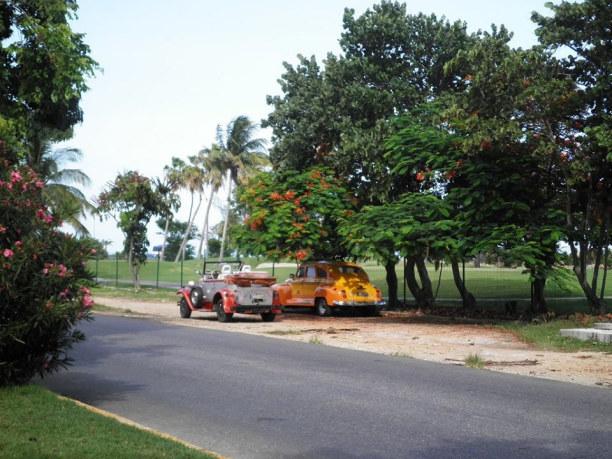 10 Tage Varadero (Stadt), Atlantische Küste / Norden, Kuba, Die Straße vorm Hotel mit den typischen Oldtimers.