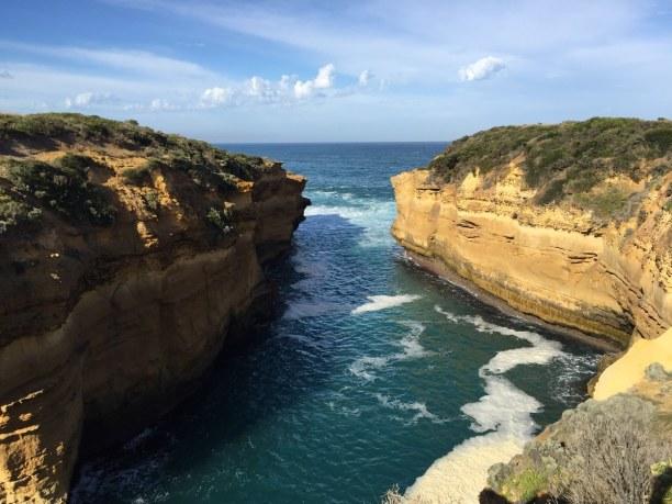 Kurztrip Victoria, Australien, Die Thunder Cave macht ihrem Namen alle Ehre. Die Wellen krachen in ei