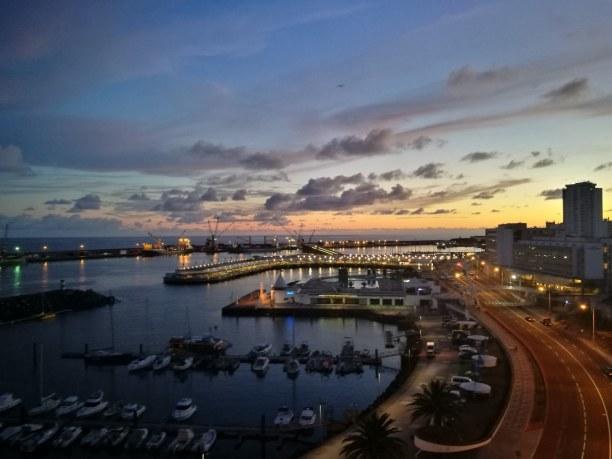 """Kurzurlaub Ponta Delgada (Stadt), Azoren, Portugal, Ausblick von der Dachterrasse des Hotel """"Azor"""" auf den Hafen. An manch"""