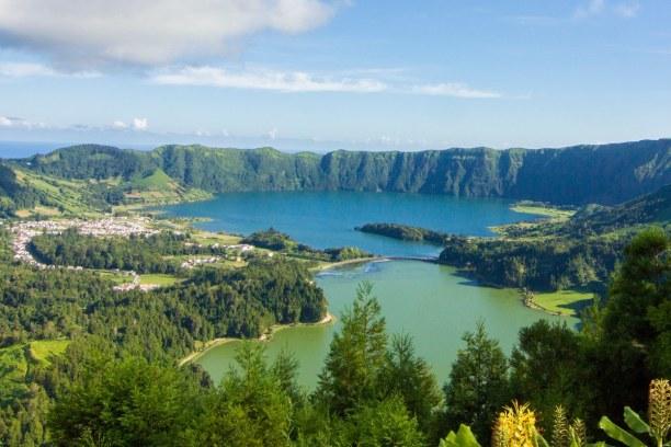 "Kurzurlaub Ponta Delgada (Stadt), Azoren, Portugal, Die Vulkankraterseen ""Lagoa verde"" und ""Lagoa Azul"" auf São Miguel. E"