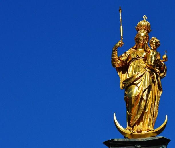 Kurztrip München (Stadt), Bayern, Deutschland, Die Mariensäule steht auf dem Marienplatz und hat die Funktion der Sc