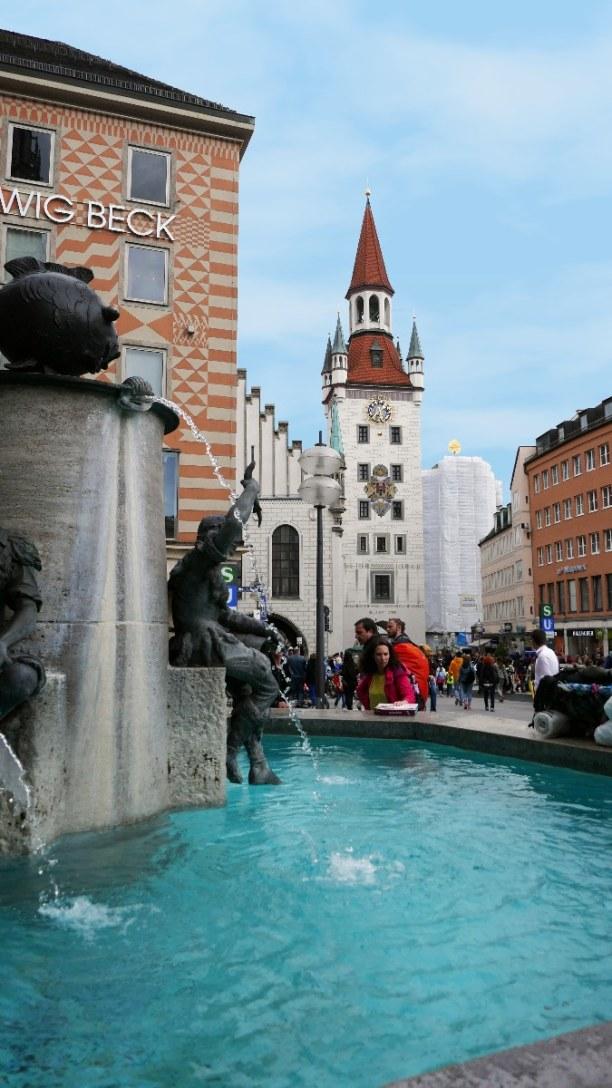 Kurzurlaub München (Stadt), Bayern, Deutschland, Der Fischbrunnen steht vor dem Haupteingang des Neuen Rathauses. Alle