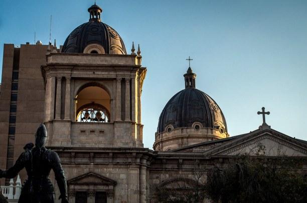 Kurzurlaub La Paz (Stadt), Bolivien, Bolivien, Beim Abstieg vom Hexenmarkt ins Zentrum kann man die Kirche San Franci