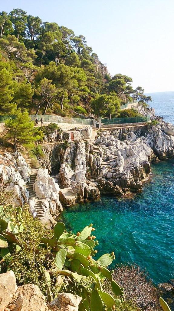 Langzeiturlaub Nizza (Stadt), Côte d'Azur, Frankreich, Am Cap Ferrat führen immer wieder in die Felsen geschlagen Stufen zu