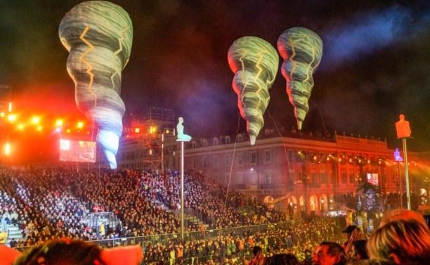 Eine Woche Nizza (Stadt), Côte d'Azur, Frankreich, Ausgefallene Flugobjekte sind ebenfalls Teil der Parade.