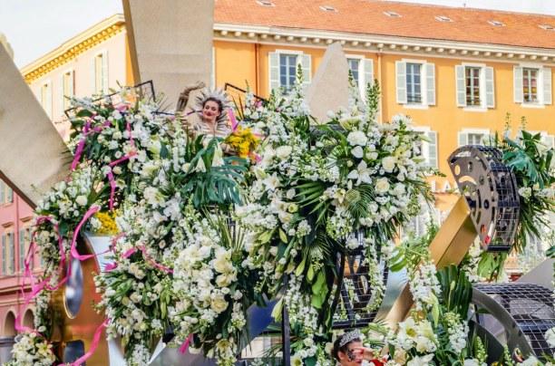 Eine Woche Nizza (Stadt), Côte d'Azur, Frankreich, Die Wagen sind üppig mit Blumen geschmückt. Am Ende der Parade werde