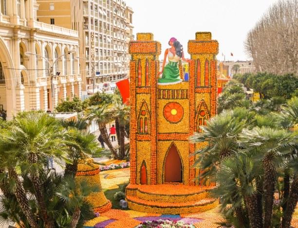 1 Woche Nizza (Stadt), Côte d'Azur, Frankreich, Beeindruckende Kunstwerke werden von Palmen umrahmt