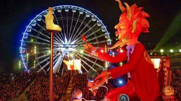 1 Woche Nizza (Stadt), Côte d'Azur, Frankreich, Bei der Parade am Abend kann man Tickets für die unterschiedlichen Bl