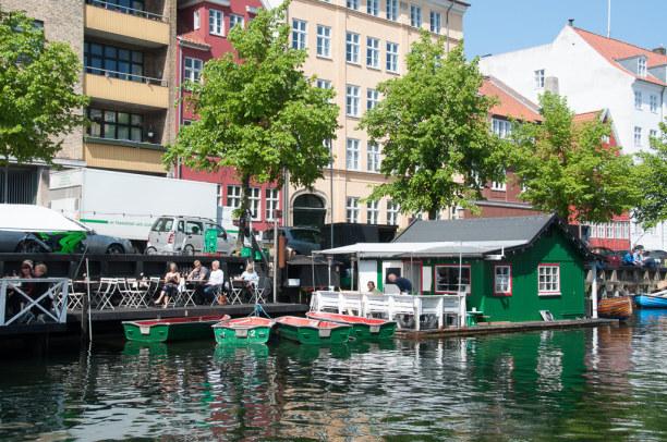 Kurztrip Kopenhagen, Dänemark, In Christianshavn spielt sich das Leben am Wasser ab.