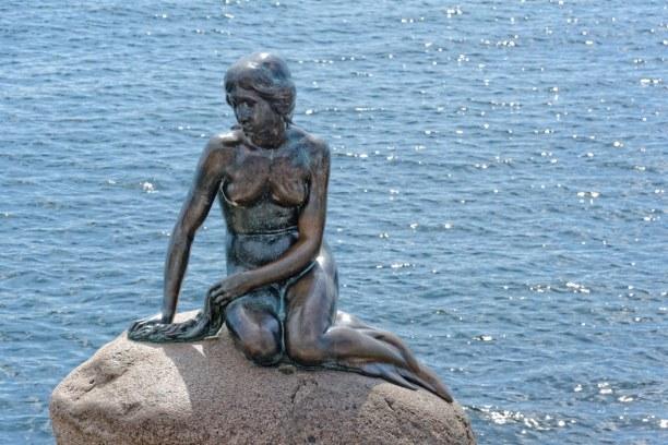 Kurzurlaub Kopenhagen, Dänemark, An der Uferpromenade sitzt eine Bronzestatue der kleinen Meerjungfrau