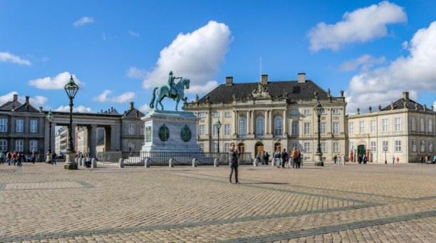 Kurzurlaub Kopenhagen, Dänemark, Royales Flair: Das Schloss Amalienborg mit großen Vorplatz, wo auch e
