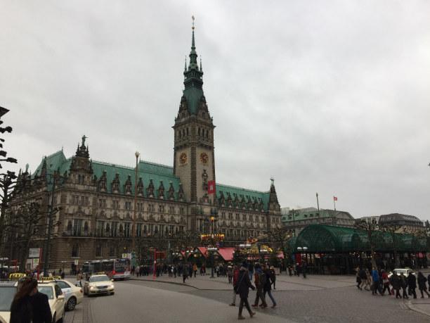 Kurztrip Hamburg, Deutschland, Rathaus mit Weihnachtsmarkt