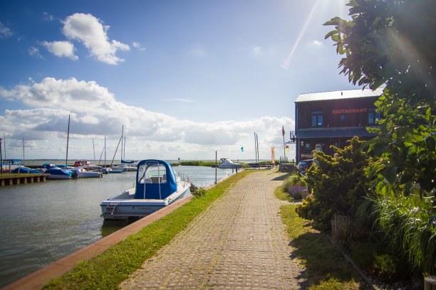 Kurztrip Insel Usedom, Deutschland, Das Café Knatter liegt ebenso an einem kleinen Hafen am Achterwasser.