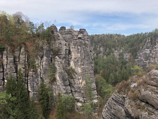 Kurzurlaub Sächsische Schweiz & Erzgebirge, Deutschland, viele wagemutige Kletterer erklimmen angeseilt die Felsen