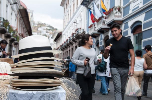 """Kurztrip Quito (Stadt), Ecuador, Ecuador, In den Straßen Quitos wird auch der traditionelle """"Panamahut"""" verkauf"""
