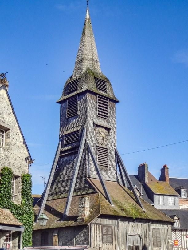 Langzeiturlaub Atlantikküste, Frankreich, Ein außergewöhnlicher Look: die Kirche im Zentrum von Honfleur