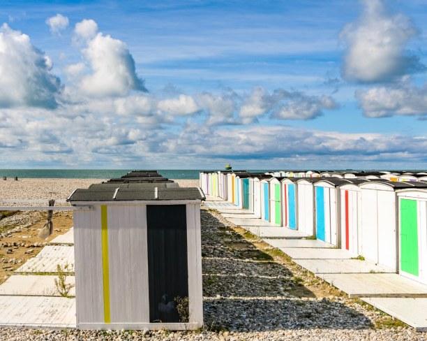 Langzeiturlaub Atlantikküste, Frankreich, Zahlreiche kleine bunte Strandhütten befinden sich in Le Havre.
