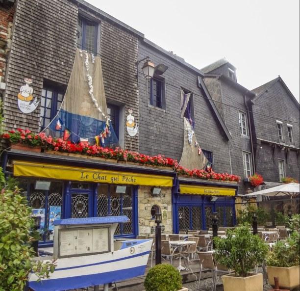 Langzeiturlaub Atlantikküste, Frankreich, Zahlreiche kleine Restaurants und Cafés säumen die Straßen von Honf