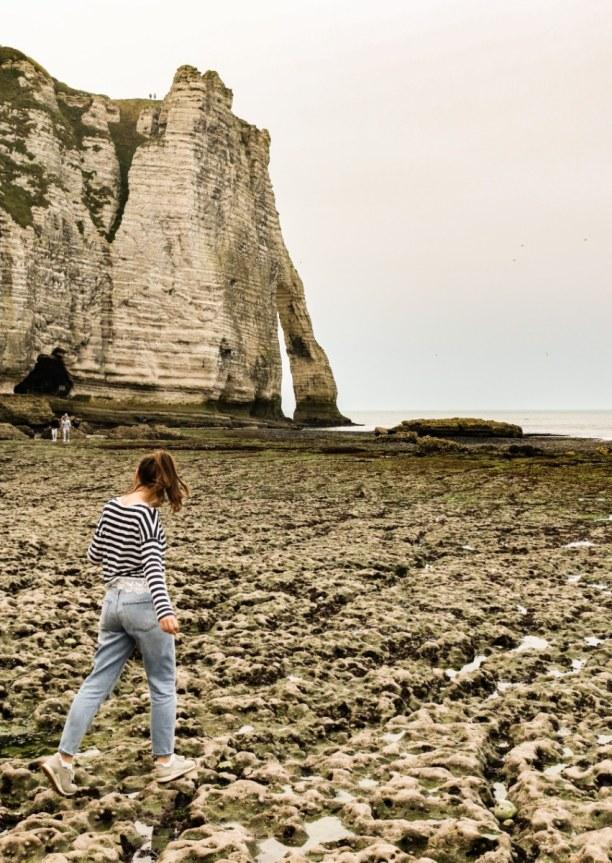 Langzeiturlaub Atlantikküste, Frankreich, Klettern über die Felsen von Étretat - festes Schuhwerk ist hier Pfl