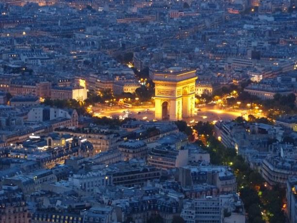 Kurztrip Ile de France, Frankreich, Unterhalb des Triumphbogens ist das Grabmal eines unbekannten Soldaten