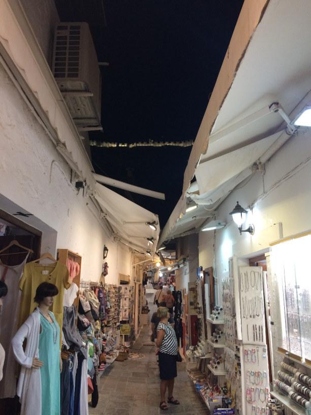 10 Tage Rhodos, Griechenland, Die engen Gassen von Lindos, und oben ist leicht zu erkennen, die bele