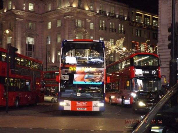 Kurzurlaub London & Umgebung, Großbritannien, Stadtbusse vor der Kulisse der Oxford Street