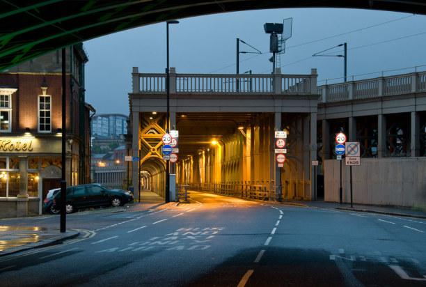 Kurztrip Mittel & Nord-England, Großbritannien, Über die Doppelstock-Brücke fahren übereinander Züge und Autos.