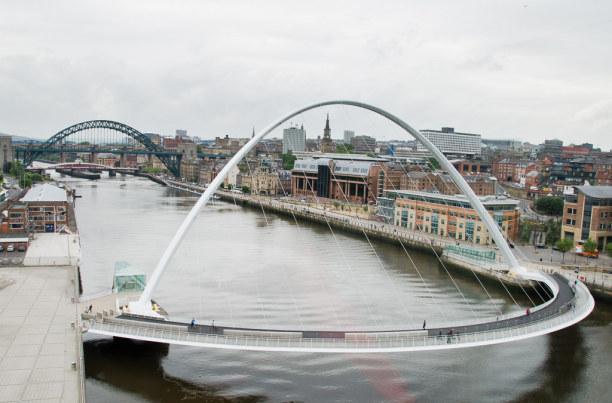 Kurztrip Mittel & Nord-England, Großbritannien, Neben der alten Tyne Bridge (im Hintergrund) beeindruckt auch die neue