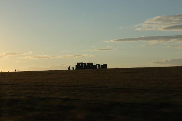 Kurzurlaub Südengland, Großbritannien, Abendstimmung bei Stonehenge. Von der Hauptstrauße aus Richtung Amesb