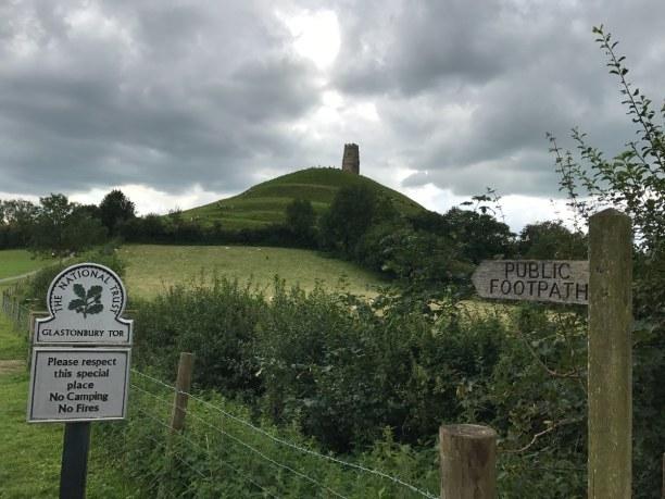 Kurzurlaub Südengland, Großbritannien, Von weitem ist schon das Glastonbury Tor zu sehen. Über einen schmale