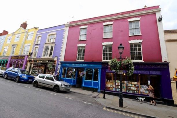 Kurztrip Südengland, Großbritannien, Glastonbury hat viele bunte Häuserfronten und kleine Shops zu bieten.