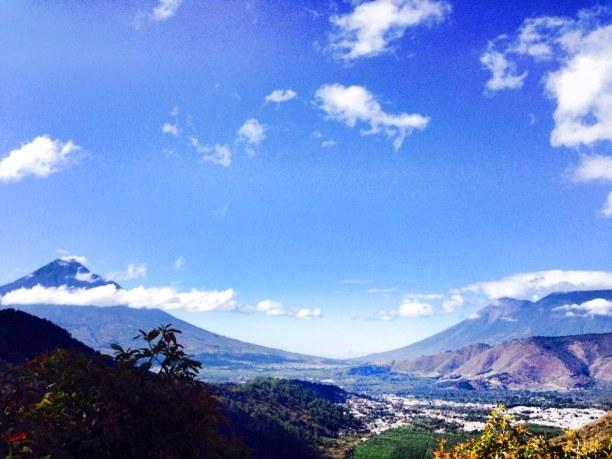 Langzeiturlaub Guatemala, Guatemala, Blick auf den Vulkan Fuego von der Earth Lodge in Antigua