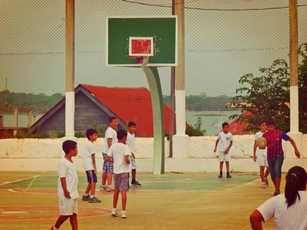 Langzeiturlaub Guatemala, Guatemala, Kinder spielen Fußball in Flores
