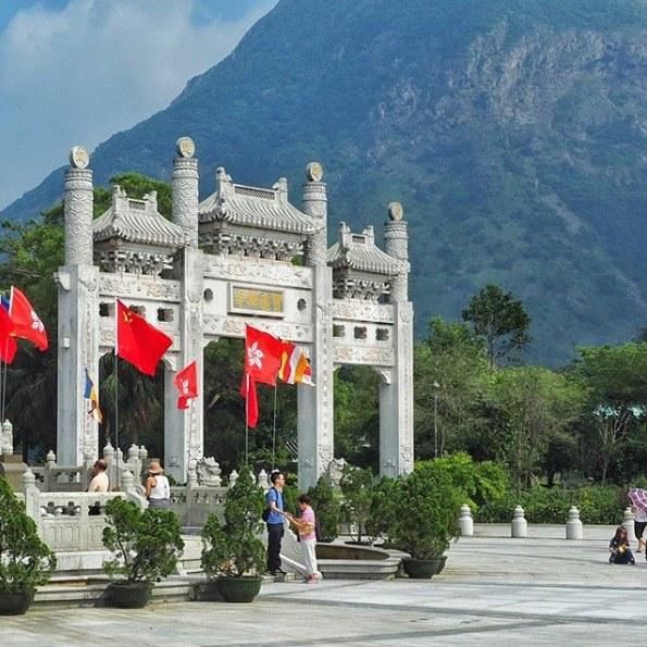 Kurzurlaub Hongkong, Hongkong, Die Flaggen von Hong Kong wehen im Hintergrund